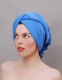 Vrouw met handdoek op hoofd stock foto