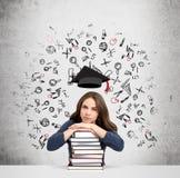 Vrouw met handen en hoofd op stapel van boeken het denken Royalty-vrije Stock Foto
