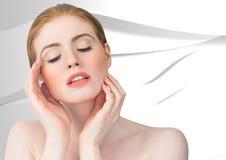 Vrouw met handen op gezicht tegen witte textuur Stock Afbeelding