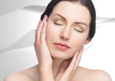 Vrouw met handen op gezicht tegen witte textuur Stock Foto's