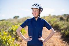 Vrouw met handen op heupen die helm dragen royalty-vrije stock afbeelding
