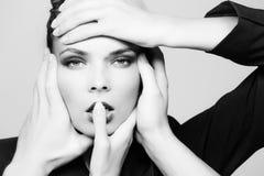 Vrouw met handen wat betreft mooi gezicht van meisje royalty-vrije stock foto's