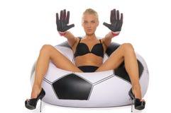 Vrouw met handschoenen als voorzitter van voetbalbal Stock Afbeelding