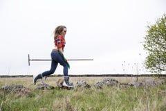 Vrouw met hark in hop bij dag Royalty-vrije Stock Afbeeldingen