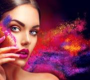 Vrouw met heldere kleurenmake-up Stock Afbeelding