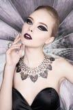 Vrouw met heldere make-up en met vastgestelde juwelen Stock Fotografie