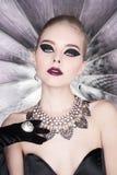 Vrouw met heldere make-up en met vastgestelde juwelen Royalty-vrije Stock Afbeeldingen