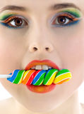 Vrouw met heldere suikergoedclose-up Stock Foto's