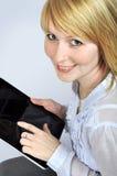 Vrouw met het apparaat van het aanrakingsstootkussen Royalty-vrije Stock Afbeeldingen