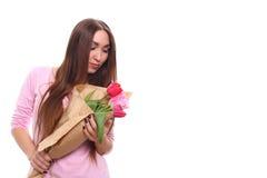Vrouw met het boeket van de de Lentebloem Gelukkige verraste modelvrouwen ruikende bloemen De dag van de moeder `s de lente 8 Maa stock afbeeldingen