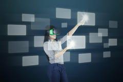 Vrouw met het futuristische scherm en VR-hoofdtelefoon Stock Foto's
