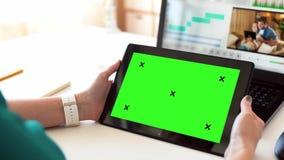 Vrouw met het groene scherm op tabletpc thuis stock videobeelden