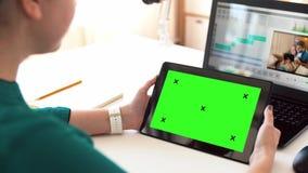 Vrouw met het groene scherm op tabletpc thuis stock footage