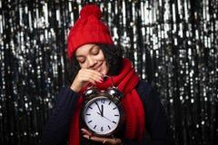 Vrouw met het grote wekker tellen aan middernacht Stock Afbeelding