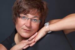 Vrouw met het hoofd op de handen Stock Foto