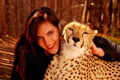 Vrouw met het huisdier van de Jachtluipaard Stock Foto's