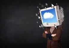Vrouw met het monitorscherm en wolk die op het scherm gegevens verwerken Stock Afbeeldingen