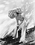 Vrouw met het overmaatse hoed graven in de tuin (Alle afgeschilderde personen leven niet langer en geen landgoed bestaat Leveranc royalty-vrije stock foto