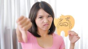 Vrouw met het probleem van het tandbederf Stock Foto's