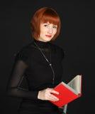 Vrouw met het rode boek Stock Afbeeldingen