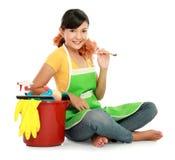 Vrouw met het schoonmaken van apparatuur Stock Foto's