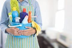 Vrouw met het schoonmaken van materiaal klaar om huis schoon te maken Stock Foto