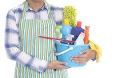Vrouw met het schoonmaken van materiaal klaar om huis schoon te maken Royalty-vrije Stock Foto's