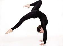 vrouw met het sportieve sexy lichaam acrobatisch doen royalty-vrije stock fotografie
