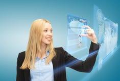Vrouw met het virtuele scherm en nieuws Royalty-vrije Stock Fotografie