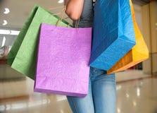 Vrouw met het winkelen zakken Stock Afbeelding
