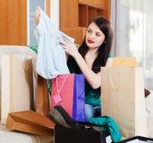 Vrouw met het winkelen zakken stock foto's