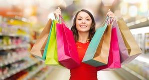 Vrouw met het winkelen zakken bij opslag Royalty-vrije Stock Fotografie