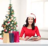 Vrouw met het winkelen zakken en de computer van tabletpc Royalty-vrije Stock Foto