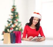 Vrouw met het winkelen zakken en de computer van tabletpc Royalty-vrije Stock Fotografie
