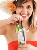 Vrouw met hoed en cocktail Royalty-vrije Stock Afbeeldingen