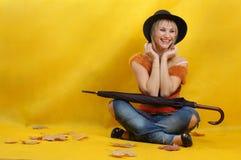 Vrouw met hoed en paraplu Stock Fotografie