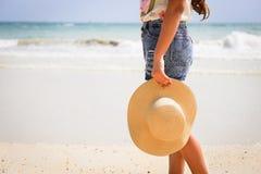Vrouw met hoed status royalty-vrije stock foto