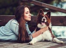 Vrouw met Hond stock afbeelding