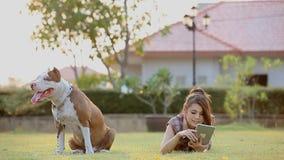 Vrouw met Hond stock footage
