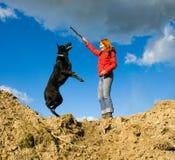 Vrouw met hond royalty-vrije stock afbeeldingen