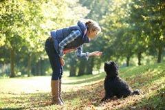 Vrouw met hond Stock Foto's