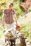 Vrouw met Hond die Koffiepauze heeft Royalty-vrije Stock Foto's