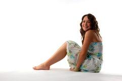 Vrouw met hoofd op knieën Royalty-vrije Stock Afbeeldingen