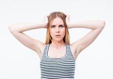 Vrouw met hoofdpijn die haar hand houdt aan het hoofd Royalty-vrije Stock Foto's