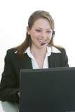 Vrouw met hoofdtelefoon en computer Stock Foto's