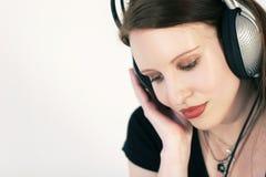 Vrouw met hoofdtelefoons royalty-vrije stock foto's