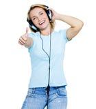 Vrouw met hoofdtelefoons die duim-omhoog tonen Royalty-vrije Stock Fotografie