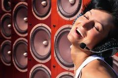 Vrouw met hoofdtelefoons en muziek Audiosprekers royalty-vrije stock afbeeldingen