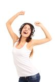 Vrouw met hoofdtelefoons het luisteren muziek op speler royalty-vrije stock afbeelding