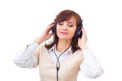 Vrouw met hoofdtelefoons op de witte achtergrond Stock Fotografie